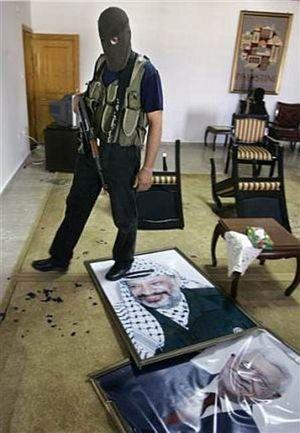 Hamas_at_arafats_home
