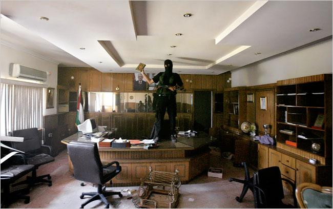Hamas steals arafats npp medal 2007