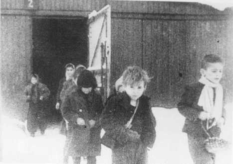 Children walk out of auschwitz Jan 1945