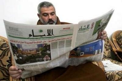 Hamas_reads_newspaper