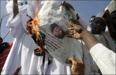 Khartoum_rioters_burn_gibbons_photo