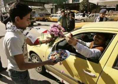 Handing_out_candy_after_dimona_bomb