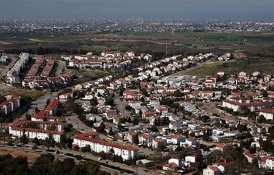 Sderot_w_gaza_city_in_the_backgroun