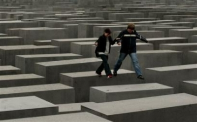 Berlin_couple_jumps_over_memorial_2