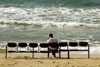 Gush_katif_settler_sits_and_reads_at_bea_1