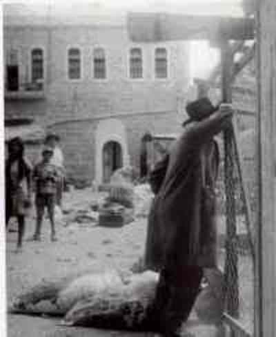 Hebron_man_after_riots_1929