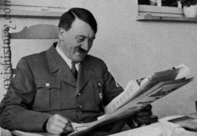 Hitler_reading_newspaper