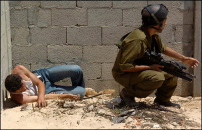 Israeli_soldier_protects_wounded_pal