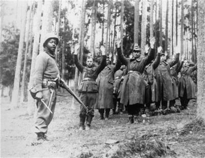 Liberation_us_soldier_captures_germans