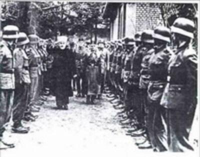 Mufti_salutes_nazis
